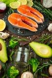 Forel, zalm, zalm verse stukken rode vissen, met groenten Weergeven van hierboven, met ingrediënten Achtergrond, boek van ketting royalty-vrije stock afbeelding
