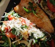 Forelle mit Salat lizenzfreie stockfotos