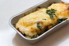 Forellen bakade med grönsaker och ost i grupperingsmagasin Royaltyfria Bilder
