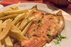 Forellen tjänade som i en restaurang i villalaangosturan, Argentina Royaltyfria Foton