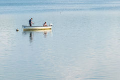 Forellenfischen in einem kleinen Boot Stockbild