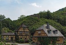 Forellenhof Lauksburg w Wispertal i grodowe ruiny, Taunus, Niemcy Obrazy Stock