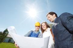 Foreman shows house design plans Royalty Free Stock Photography