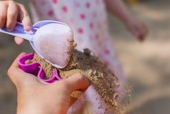 Foremka z piaskiem w rękach fotografia stock