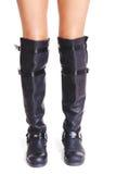 Foremna kobieta iść na piechotę w wysokim rzemiennych butów frontowym widoku Fotografia Royalty Free