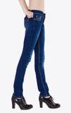 Foremne kobiet nogi ubierali w zmroku - niebiescy dżinsy Obrazy Stock