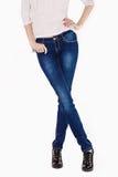Foremne kobiet nogi ubierali w zmroku - niebiescy dżinsy Fotografia Royalty Free