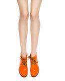 Foremne kobiet nogi w pomarańczowych butach Fotografia Stock