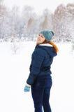 Foremny młodej kobiety odprowadzenie w zima parku obraz royalty free