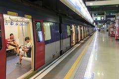 Forenzen binnen een trein van MTR van Hong Kong, het populairste gemiddelde van vervoer in de stad stock afbeeldingen
