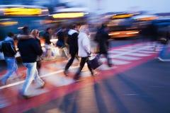 Forenzen die de straat kruisen stock afbeelding