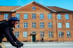 Forenzen die in Kopenhagen, Denemarken biking Stock Afbeelding