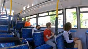 Forenzen die op een bus 4k reizen stock videobeelden