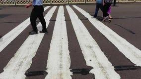 Forenzen die op voetgangersbrug lopen stock footage