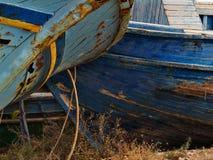 Foresections des bateaux abandonnés dans un port sicilien photos libres de droits