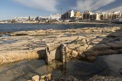 Foreshore rochoso em Bugibba Malta foto de stock