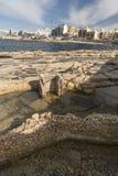 Foreshore rochoso em Bugibba Malta fotos de stock