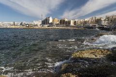 Foreshore rochoso em Bugibba Malta fotografia de stock