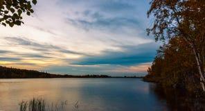 Forest湖在晚上 图库摄影