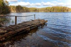 Forest湖或河在夏日和老土气木船坞或者码头 免版税库存照片