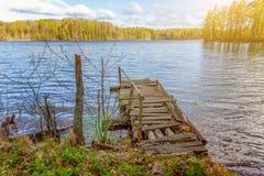 Forest湖或河在夏日和老土气木船坞或者码头 图库摄影