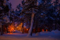Forest Cottage e ghirlanda di Natale fotografia stock libera da diritti