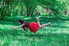 Forest Fairy Mooi brunette op aard in een rood stock foto