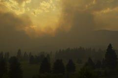Forest Fire Near ein Golfplatz Stockbild