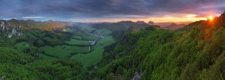 forest green mountain sunset στοκ φωτογραφία με δικαίωμα ελεύθερης χρήσης