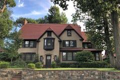 Forest Hills House Tudor stil överst av kullen arkivbilder