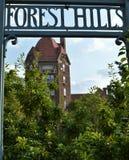 Forest Hills Sign met Koepel van de de Bouwarchitectuur Verticaal Beeld Als achtergrond royalty-vrije stock foto's