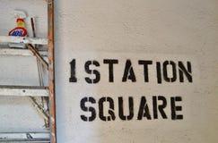 Forest Hills Station Square Sign sul Queens di New York del muro di mattoni fotografia stock
