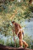 Forest King koning van dieren in bont wilde jonge mens hoornen en make-up manierconcept aan chelowin rivierbos en zon Stock Foto's