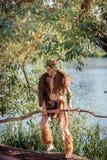 Forest King koning van dieren in bont wilde jonge mens hoornen en make-up manierconcept aan chelowin rivierbos en zon Royalty-vrije Stock Afbeeldingen