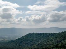 Forest Mountain verde e céu azul Imagens de Stock