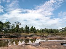Forest Mountain verde e céu azul Fotos de Stock
