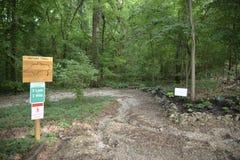 Forest Nature Trail para caminhar, Biking, andar e correr imagem de stock