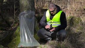 Forest Officer, der Tablet-PC nahe Baum mit Birkensaft verwendet stock video