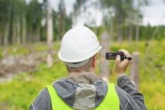 Forest Officer mit einer Videokamera Stockbild
