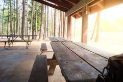 Forest Park bänk i en paviljong Arkivbilder