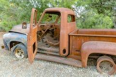 Forest Relic Old Car, der weg im Wald mit der Verfehlung von TIR verrostet Stockfotografie