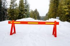 Forest Road Closed por razões de segurança após uma queda de neve pesada imagens de stock royalty free