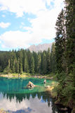 Foresta & cielo riflessi sul lago Fotografia Stock Libera da Diritti