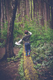 Foresta d'esplorazione in Victoria, Columbia Britannica del ragazzo fotografia stock libera da diritti