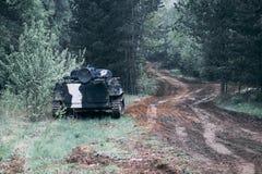 Foresta degno il veicolo da combattimento della fanteria parte della strada di attrezzatura militare abbia tonalit? fotografia stock libera da diritti