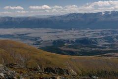 Foresta del fiume di vista aerea delle montagne Immagini Stock