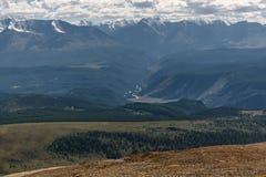 Foresta del fiume di vista aerea delle montagne Fotografie Stock