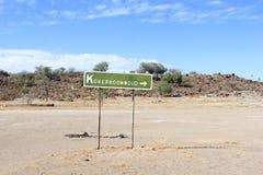 Foresta dell'albero del fremito del segnale di direzione, Keetmanshoop Fotografia Stock