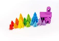 Foresta dell'arcobaleno degli alberi di Natale degno una casa porpora fotografia stock