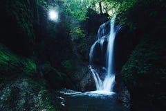 Foresta della giungla di paradiso con la bella cascata in ubriacone verde del parco di Erawan in Kanchanaburi, Tailandia Stagno v Immagine Stock